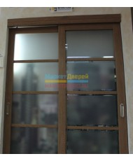 Фото установленной 411 Дуб белый стекло Лакобель черное
